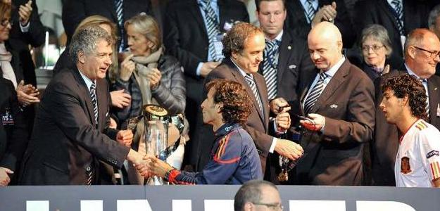 Luis Milla recibe el título de Campeón de Europa Sub'21. Foto:lainformacion.com